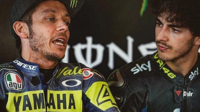 Valentino Rossi (kiri) dan Francesco Bagnaia (kanan).