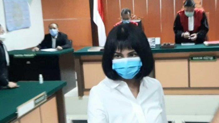Vanessa Angel disela menjalani sidang lanjutan perkara dugaan kepemilikan dan pemakaian psikotropika jenis Xanax di Pengadilan Negeri Jakarta Barat, Slipi, Jakarta Barat, Senin (12/10/2020).