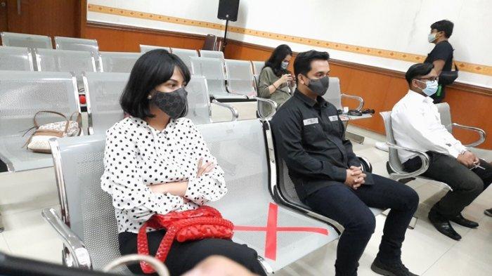 Vanessa Angel ditemani Bibi Ardiansyah (kanan) di ruang sidang Pengadilan Negeri Jakarta Barat, Senin (28/9/2020).