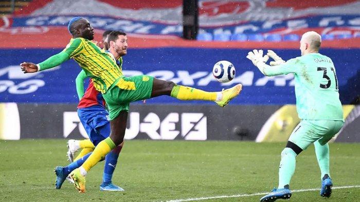 Kiper Vicente Guaita menjaga gawang Crystal Palace dari serbuan pemain depan West Bromwich Albion
