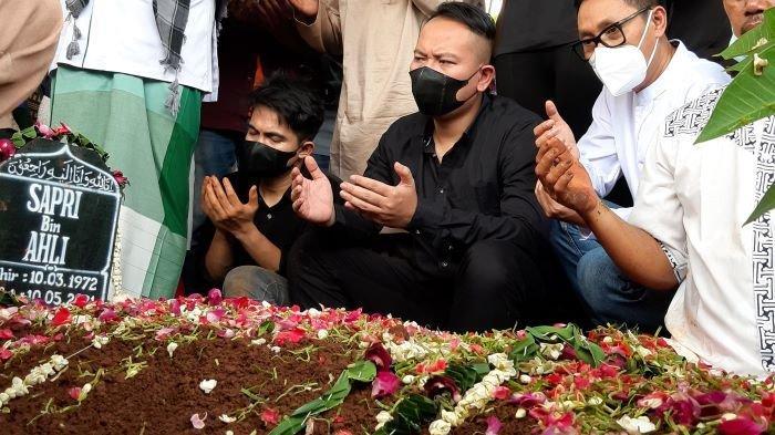 Vicky Prasetyo dan Eko Patrio berdoa diatas pusara pelawak Sapri Pantun setelah dimakamkan di TPU Ulujami, Pesanggrahan, Jakarta Selatan, Selasa (11/5/2020) siang.