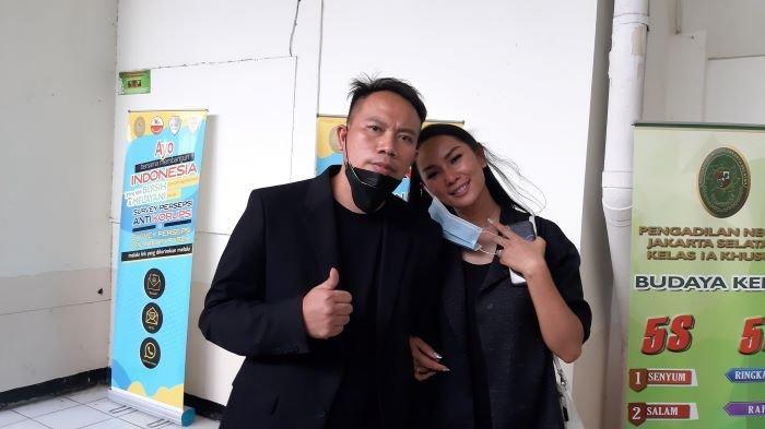 Vicky Prasetyo dan Kalina Oktarani di Pengadilan Negeri Jakarta Selatan, Kamis (4/2/2021). Vicky Prasetyo yang menjadi terdakwa perkara pencemaran nama baik Angel Lelga itu mengaku kaget saat mendengar cerita Rahman, mantan sopir Angel Lelga.