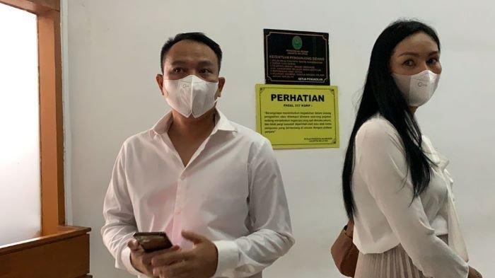 Vicky Prasetyo dan Kalina Oktarani di Pengadilan Negeri Jakarta Selatan, Kamis (26/8/2021). Vicky Prasetyo harus sabar setelah sidang pembacaan vonisnya ditunda majelis hakim.