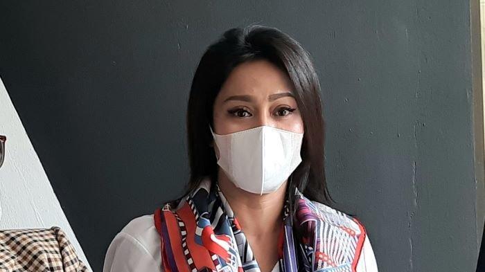 Pemain film televisi Vicky Zainal mendatangi Komnas Perlindungan Perempuan, kawasan Menteng, Jakarta Pusat, Rabu (5/5/2021). Vicky Zainal mengadukan Muliawan Setyadi Poernomo, suaminya.