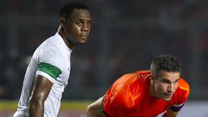 Victor Igbonefo ketika membela timnas Indonesia di pertandingan persahabatan dengan timnas Belanda