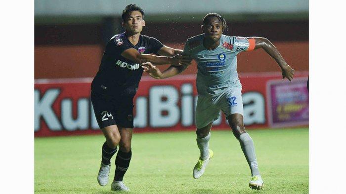 Victor Igbonefo (kanan) bek tengah Persib Bandung sudah siap lagi dimainkan setelah sembuh dari cedera yang didapatnya saat melawan Persebaya Surabaya di babak perempat final Piala Menpora 2021