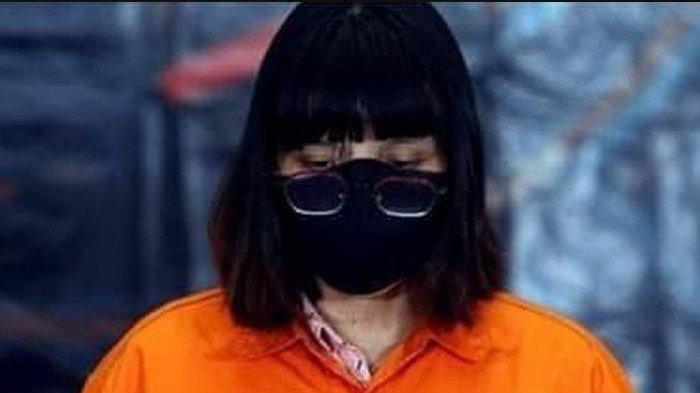 Tersangka hoaks UU Ciptaker, Videlya Esmerella, saat menggunakan baju tahanan, dia adalah seorang blogger wanita (Facebook via Tribun Medan)