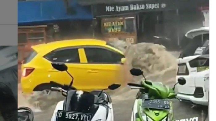 VIDEO Sepeda Motor Motor dan Mobil Hampir Hanyut Terseret Banjir di Bandung