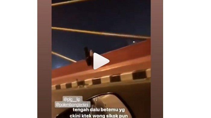 VIDEO PENAMPAKAN Viral di Medsos, Sosok Hitam Duduk di Pinggir Jembatan, Pengendara: Astaghfirulloh!