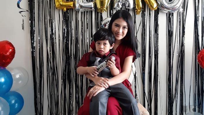 Pemain sinetron Vinessa Inez merayakan ulang-tahun ke-3 Elvaroalano Deye Khan, anak buah pernikahan dengan Ryan Deye, di kawasan Semanggi, Setiabudi, Jakarta Selatan, Rabu (10/3/2021).