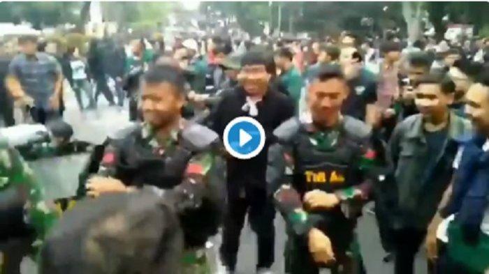VIRAL! Anggota TNI Mendadak Lepas Rompi Anti Huru Hara Bikin Mahasiswa Terkagum-Kagum di Lokasi Demo