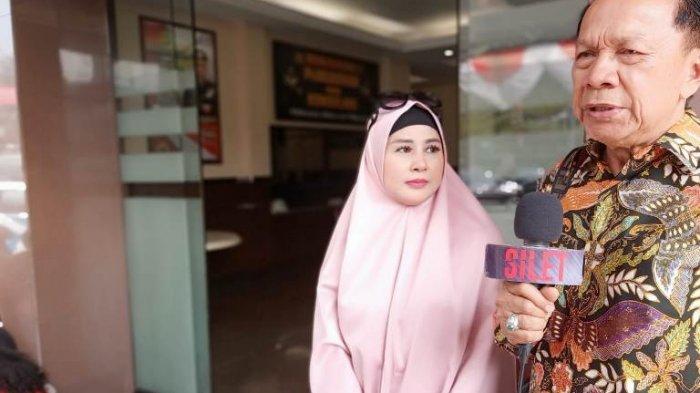 Vivi Paris ketika mendatangi Polres Metro Jakarta Selatan ditemani Muara Karta, pengacaranya, Senin (5/8/2019), terkait kasus dugaan penipuan dan penggelapan mobil yang dilakukan Vicky Prasetyo.