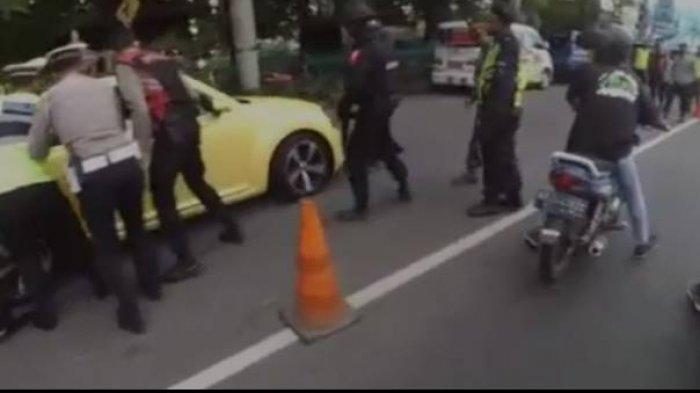VIRAL, Sopir VW Beetle Kuning Kabur dan Tabrak Polisi di Pos Penyekatan, Pelaku Masih Remaja