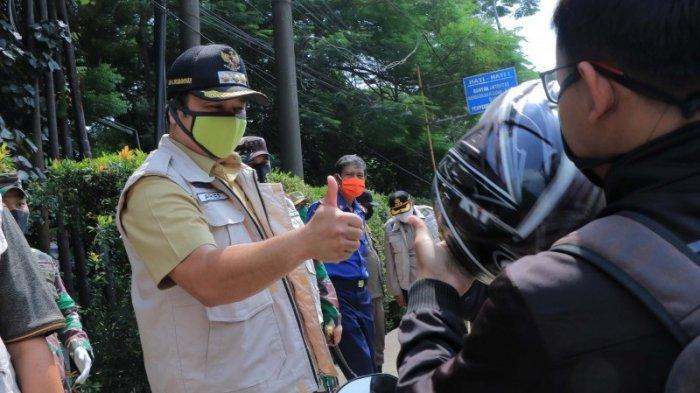 Wali Kota Tangerang Arief Wismansyah saat meninjau lokasi check point PSBB Kota Tangerang.