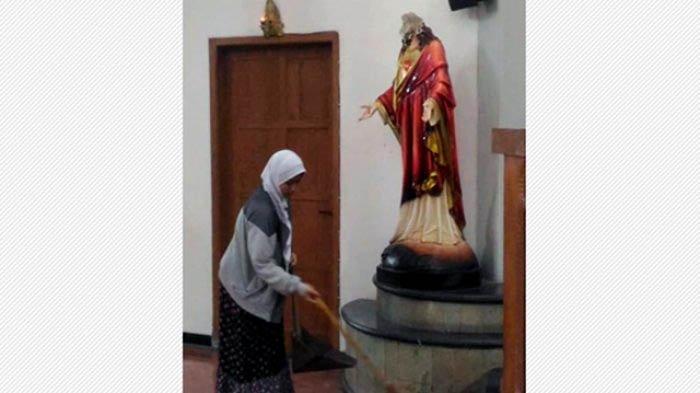 Foto Wanita Berhijab Bersihkan Gereja di Sleman yang Diserang Jadi Viral, Netizen Terharu