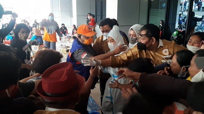WANITA EMAS Bagi-bagi Uang Bagi Korban Banjir di Cipinang Melayu Dibubarkan Petugas, Ini Alasannya