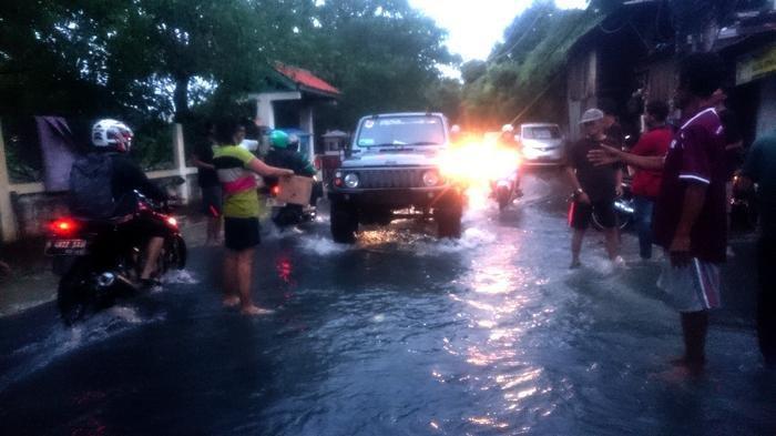 Putus Asa, Wanita Muda Minta Sumbangan Banjir di Jalan Puri Kembangan