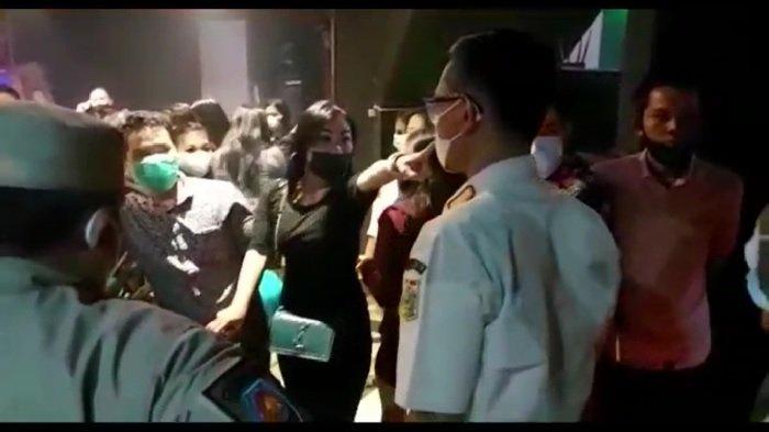 Video Viral Wanita Ngamuk ke Awak Media Saat Satpol PP Gerebek Tempat Hiburan Malam: Gue Tuntut Luh!