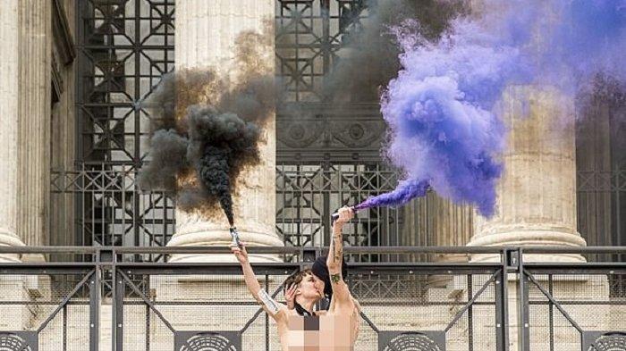 CEWEK Prancis Telanjang Dada & Ciuman di Menara Eiffel, Pasang Simbol Klitoris Sambut Hari Perempuan