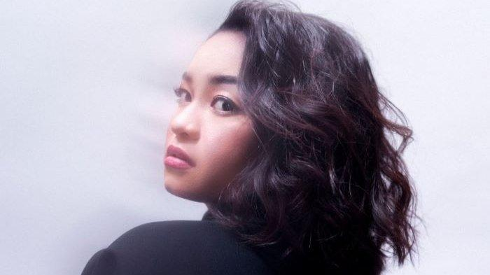 Waode mengenalkan single perdana berjudul Cinta Tanpa Tapi ciptaan Melly Goeslaw, Kamis (18/2/2021). Waode adalah pemenang ajang pencarian bakat Pop Academy Indosiar 2020.