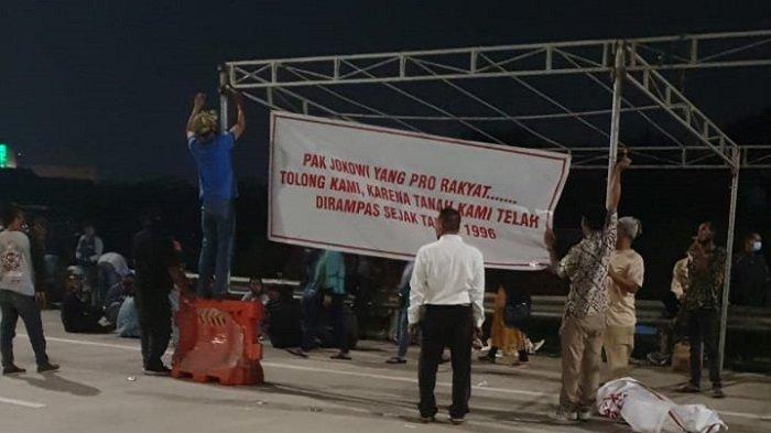 Ratusan Warga Demo di Bibir Gerbang Tol Jatikarya, Minta Pertolongan ke Jokowi: Tanah Kami Dirampas!