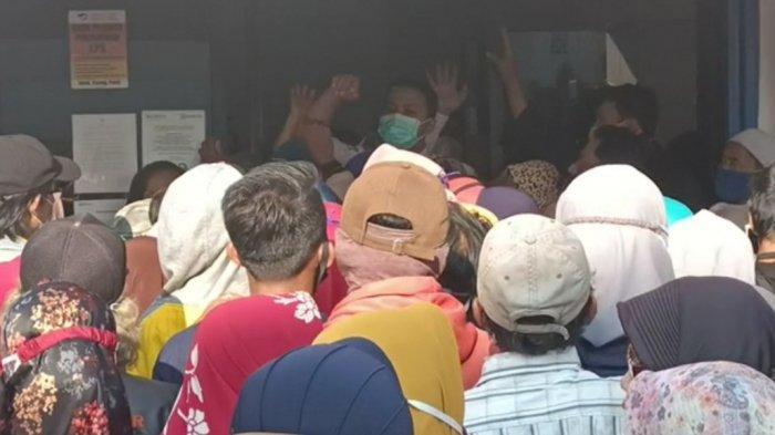 Warga Ciampea Bogor Berdesakan untuk Pencairan BPUM, Protokol Kesehatan Diabaikan