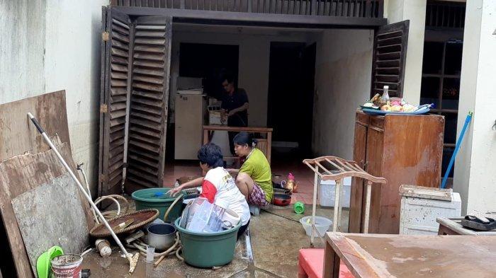 Akhirnya Banjir di RW 04 Cipinang Melayu Surut, Warga Kini Sibuk Bersih-bersih Rumah