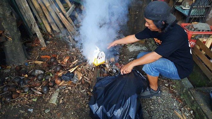Pengangkutan Sampah Dibatasi Selama PSBB, Warga Depok Pilih Bakar Sampah yang Menumpuk di Rumahnya