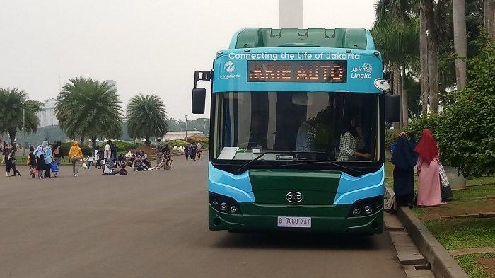 GRATIS! Warga Jajal Naik Bus Listrik Transjakarta Keliling Monas di Momen Libur Natal dan Tahun Baru