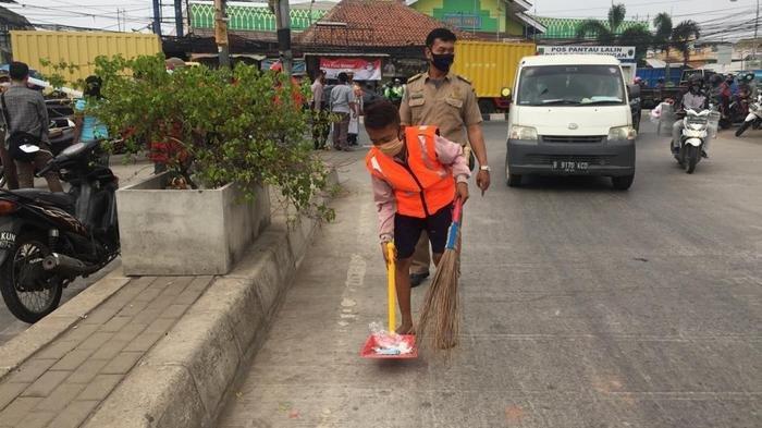Warga Kabupaten Bekasi yang melakukan pelanggaran protokol kesehatan Covid-19 saat menjalankan sanksi.
