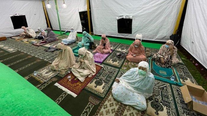 Warga Kompleks Taman Villa Meruya (TVM), Meruya Ilir, Jakarta Barat, melaksanakan Salat Tarawih di sebuah tenda yang dibangun di perumahan elite tersebut. Warga berencana membangun Masjid At-Tabayun.
