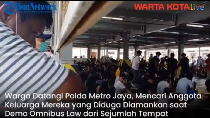 VIDEO Warga Mendatangi Polda Metro Jaya, Mencari Keluarganya yang Diamankan Polisi Terkait Demo