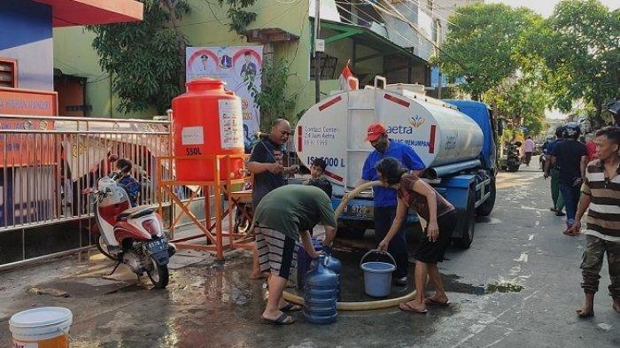 Kesulitan Air Bersih, Warga Pademangan Barat Manfaatkan Bantuan Mobil Tangki