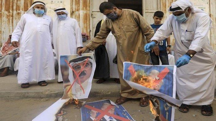 Warga Palestina di Jalur Gaza mengecam hubungan damai Bahrain-Israel, dengan membakar foto para pemimpin AS, Bahrain, Israel dan UEA, Sabtu, 12 September 2020