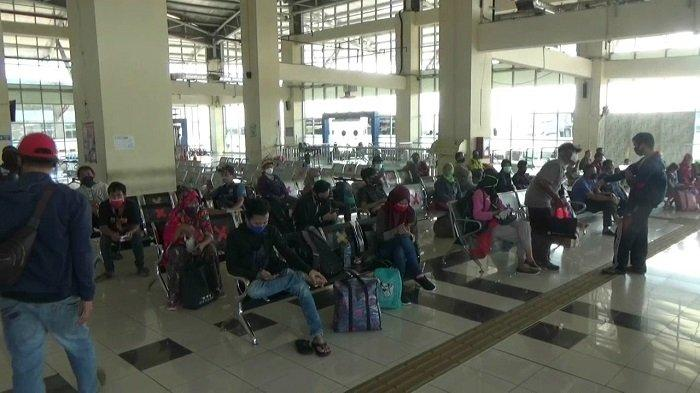 RIBUAN Penumpang Bus Tinggalkan Jakarta  Lewat Terminal Pulogebang, PO Naikkan Harga Tiket 50 Persen