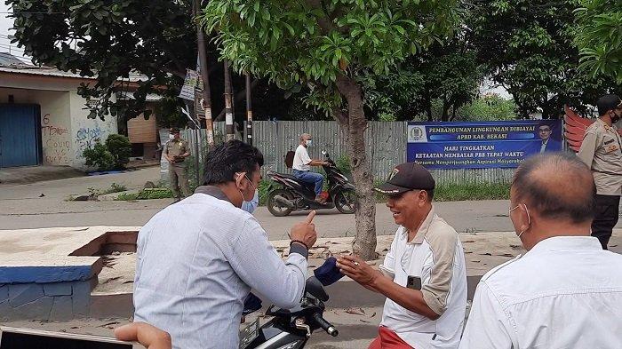 Warga pengendara motor tanpa masker dihentikan petugas. Lalu, petugas mengimbau warga agar selalu mengenakan masker untuk menghentikan penyebaran virus corona atau Covid-19 di Kabupaten Bekasi, Rabu (23/6/2021).