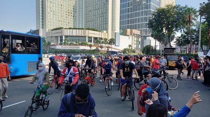 Kini Bundaran HI Dipadati Warga Bersepeda karena 32 KKP di Wilayah Jakarta Ditiadakan