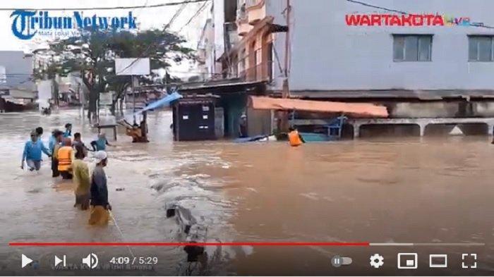 VIDEO Warga Kampung Bulak Pondok Aren Pukul Tiang Listrik Sebagai Tanda Banjir Datang