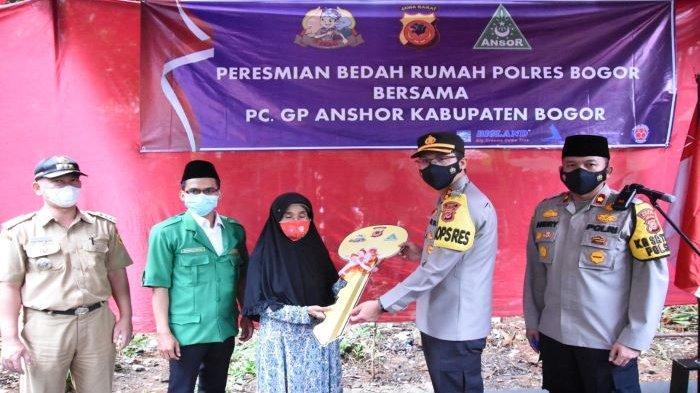 Warsah Warga Kabupaten Bogor Berkaca-kaca Terima Kunci Rumah dari Kapolres Bogor AKBP Harun