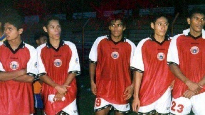 Nuralim (tengah) bersama Bambang Pamungkas, Anang Ma'ruf, Warsidi dan Antonio Claudio di skuad Persija saat berlaga di Liga Indonesia tahun 2001.