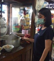 Viral Medsos, Warung Bakso di Sentul Ini Kebanjiran Pengunjung, Pemiliknya Ternyata Cantik