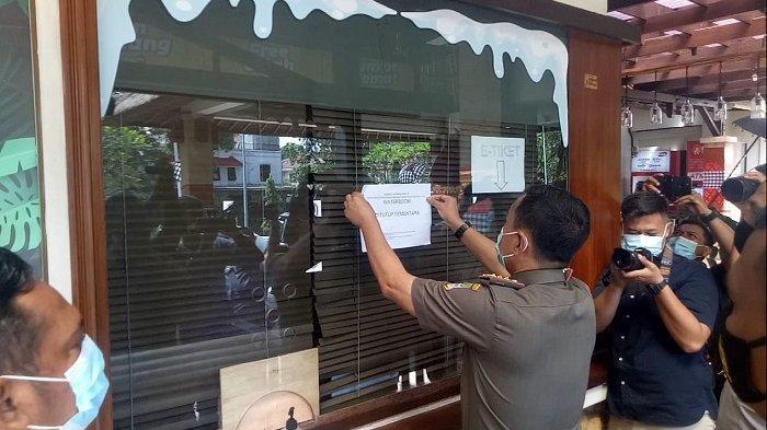 Satuan Tugas Covid-19 Kabupaten Bekasi, Jawa Barat melakukan penyegelan Waterboom Lippo Cikarang, pada Senin (11/1/2021).