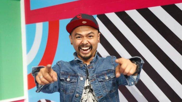 Wendy Cagur disela memandu games Serlok alias Geser Balok di program Pesbukers tayangan ANTV di ANTV Epicentrum Studio Complex, Jalan HR Rasuna Said, Kuningan, Jakarta Selatan, Kamis (7/11/2019) malam.