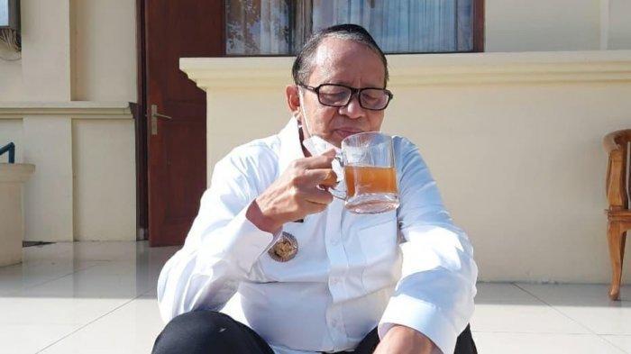 Gubernur Banten Wahidin Halim mendukung produk pertanian dan usaha UMKM lokal dengan mengonsumsi minuman herbal jahe merah. Sekaligus upaya menjaga imunitas tubuh di tengah pandemi Covid-19.