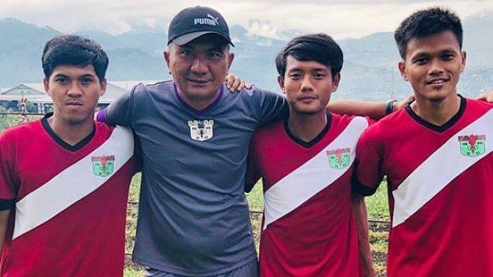 Wiganda Saputra saat menjadi pelatih Persita Tangerang bersama pemainnya di kompetisi Liga 2 Indonesia