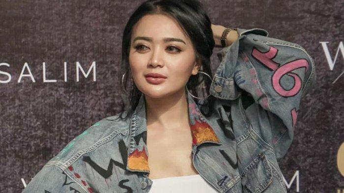 Wika Salim Tekuni Dunia Fashion Desainer.