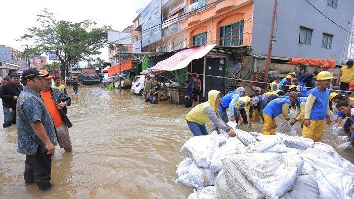 Wali Kota Tangerang, Arief Wismansyah, kembali terjun ke lapangan meninjau wilayah yang terdampak banjir akibat curah hujan tinggi yang melanda Jabodetabek, Jumat (3/1/2020). Lokasi pertama yang disambangi yaitu Perumahan Ciledug Indah I dan II, Kecamatan Ciledug, Kota Tangerang.