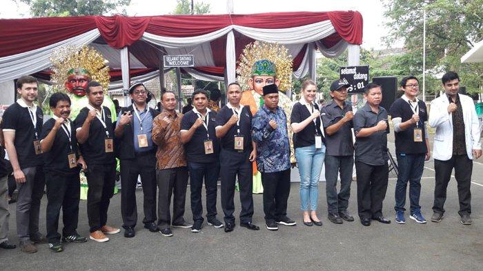Ikut Program Bawaslu, Warga Asing Pantau Pemungutan Suara di TPS 01 Pekayon Jaya Bekasi