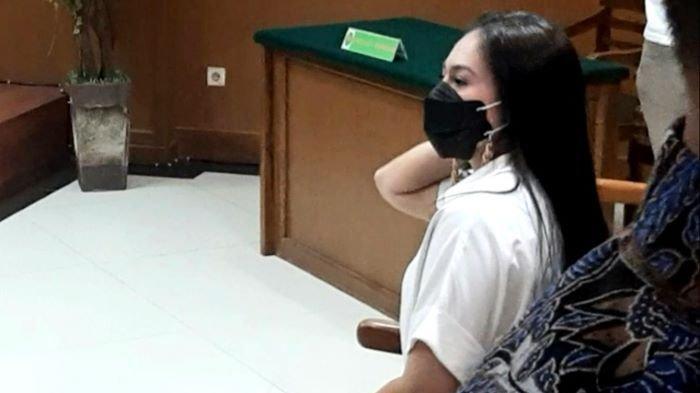 Wulan Gurtino irit bicara ketika menghadiri sidang perdana gugatan cerainya di Pengadilan Agama Jakarta Selatan, Kamis (18/3/2021).