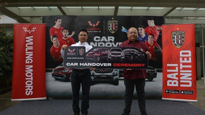 Kompetisi Masih Vakum, Wuling Berikan Lima Unit Mobil kepada Bali United